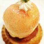 パティスリー リュパンの丸ごと桃のタルト。