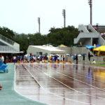 雨降りの陸上競技記録会。