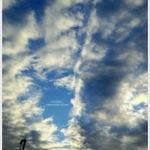 雲伸びる秋の空。