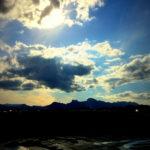 田圃から視線を上げれば妙義山。