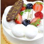 木の実のデコレーションケーキとプチガトー。