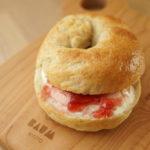 手作りパン工房 CoCo noaのイチゴジャムとクリームチーズのベーグル。