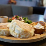 Cafe Bar TIC-TOCKのマスカルポーネパンケーキとローストビーフプレート。