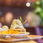 ディバージュサイドカフェでカルボナーラとレアクリームハニーパンケーキ。