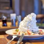 コナズ珈琲でストロベリー&バナナ ホイップとフォンダンショコラ ストロベリーパンケーキ。
